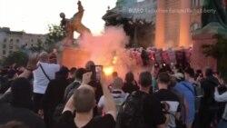 Зіткнення з поліцією, сутички та фаєри: протести у Сербії проти посилення карантину (відео)