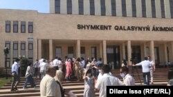 Недовольные ростом цен перед зданием акимата Шымкента. 30 июня 2021 года
