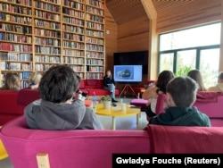 آسترید هوم ، بازمانده از کشتار اوتویا در سال 2011 ، در 11 مه 2021 در کتابخانه ای در جزیره اوتویا ، نروژ ، در مورد تجربیات خود در آن زمان با نوجوانان صحبت کرد.