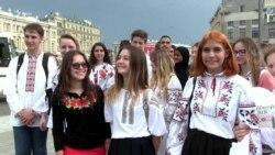 «Українець ідентифікується через вишиванку» – вишиванкова хода в Харкові (відео)