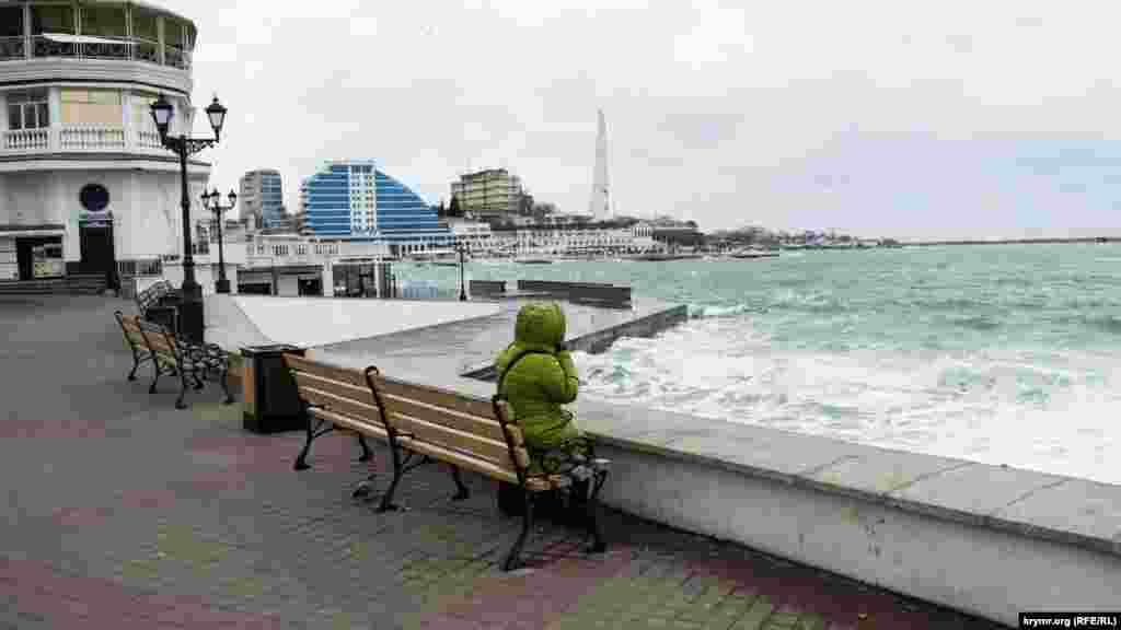 Незважаючи на вітер і дощ, містяни ходять набережною, милуються штормом