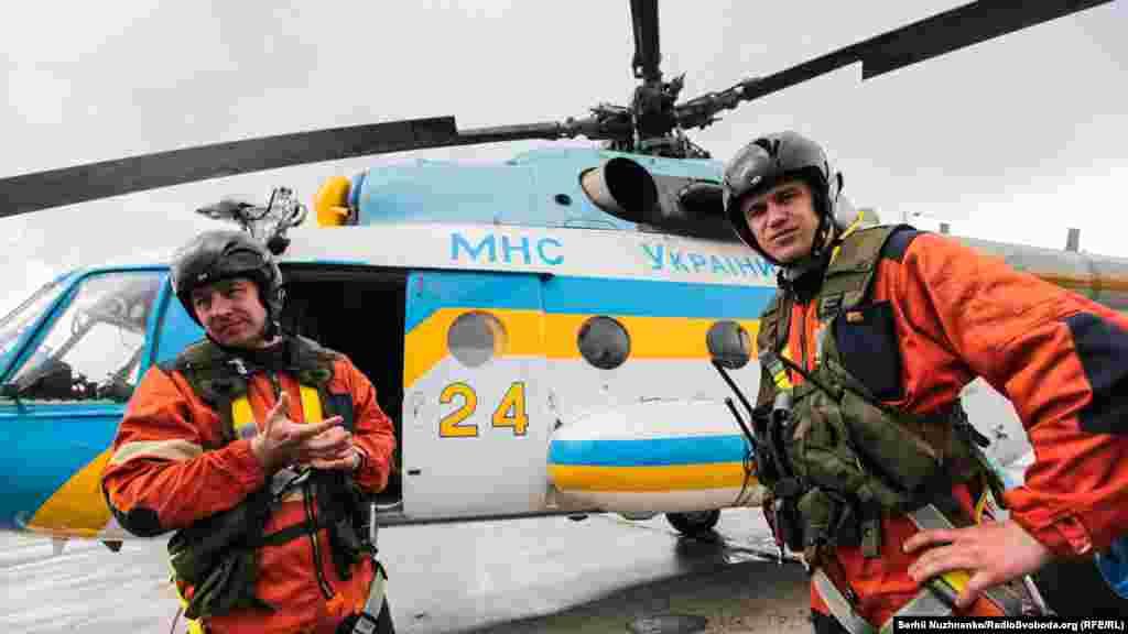 Рятувальники, які евакуюють постраждалих із повітря за допомогою вертольота МІ-8МТ