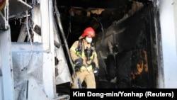 На месте пожара в больнице в южнокорейском городе Мирян. 26 января 2018 года.
