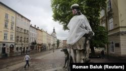 Статуя Діани з медичною маскою на обличчі на нетипово порожній Площі Ринок у Львові, травень 2020 року