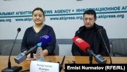 Моталиф Маматамин (оң жақта) және адвокаты Жанара Асқарқызы Бішкектегі баспасөз мәслихатында отыр. 20 желтоқсан 2019 жыл.
