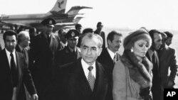 محمدرضا شاه پهلوی و همسرش شهبانو فرح پهلوی در فرودگاه مهرآباد، هنگام خروج از ایران در ۲۶ دی ماه ۵۷