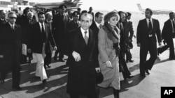 İran şahı Mohammad Reza Pahlavi və imperatriça Farah İranı həmişəlik tərk edirlər (1979)