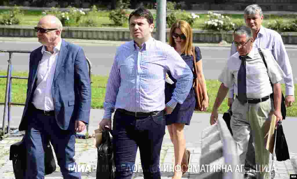 МАКЕДОНИЈА - Поранешниот министер за транспорт и врски, Миле Јанакиески е вратен во притвор во Истражниот затвор Скопје, откако беше однесен на лекување во болницата 8 Септември. Јанакиески се пожалил на болка во бубрезите по што му е препишана терапија. Јанакиески штрајкува со глад во затворот поради изречената мерка притвор.