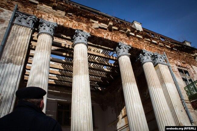 Калёны ў цэнтры галоўнага фасада палаца захаваліся