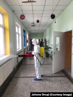 """Dezinfektimi i shkollës """"Faik Konica""""."""