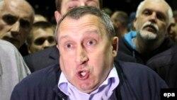 Украина сыртқы істер министрі міндетін атқарушы Андрей Дещица Ресей елшілігі алдына жиналған наразылармен сөйлесіп тұр. Киев, 14 маусым 2014 жыл.