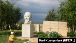 Abay qəsəbəsində Abay Kunanbayev heykəli, Qazaxıatan