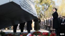 Церемония возложения венков на военном кладбище Повонзки. Варшава, 10 апреля 2015 года.