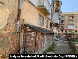 Вигляд будинку, в якому обвалився під'їзд, з подвір'я. Дрогобич, 23 жовтня 2019 року