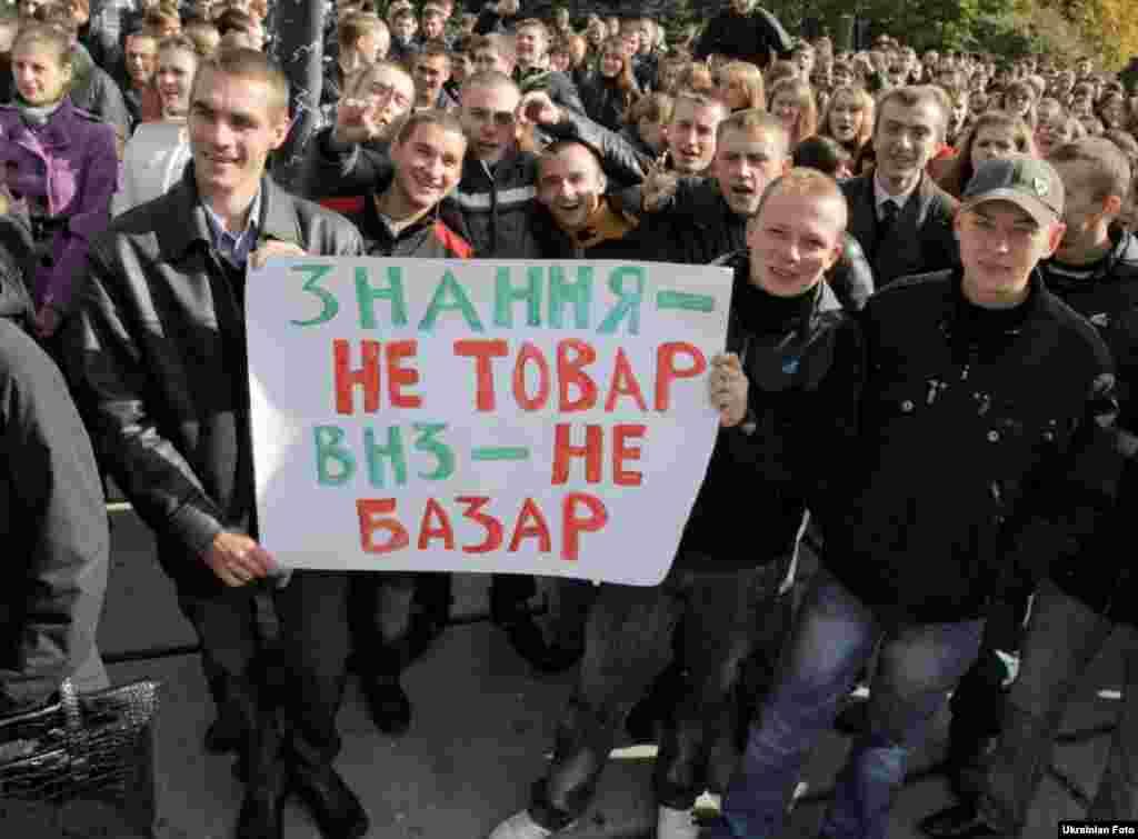Близько 1000 студентів вийшли на центральну площу Житомира. Студенти скандували гасла проти прийняття скандальної постанови Кабміну і пообіцяли, що якщо їх вимоги не будуть виконані протягом тижня, вони знову зберуться на площі. 12 жовтня