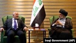 مقتدی صدر، روحانی شیعه (سمت راست) در دیدار با حیدر العبادی، نخستوزیر عراق