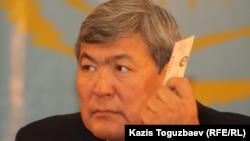 Тоқтар Әубәкіров ЖСДП-ның сайлау қарсаңындағы съезінде дауыс беріп отыр. Алматы, 26 қараша 2011 жыл.
