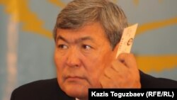 """Тохтар Аубакиров в бытность активистом Общенациональной социал-демократической партии """"Азат"""" голосует на предвыборном съезде партии. Алматы, 26 ноября 2011 года."""