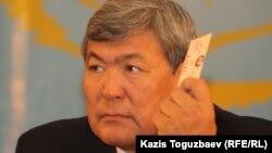 Тоқтар Әубәкіров «Азат» ЖСДП сьезінде. Алматы, 26 қараша 2011 жыл.