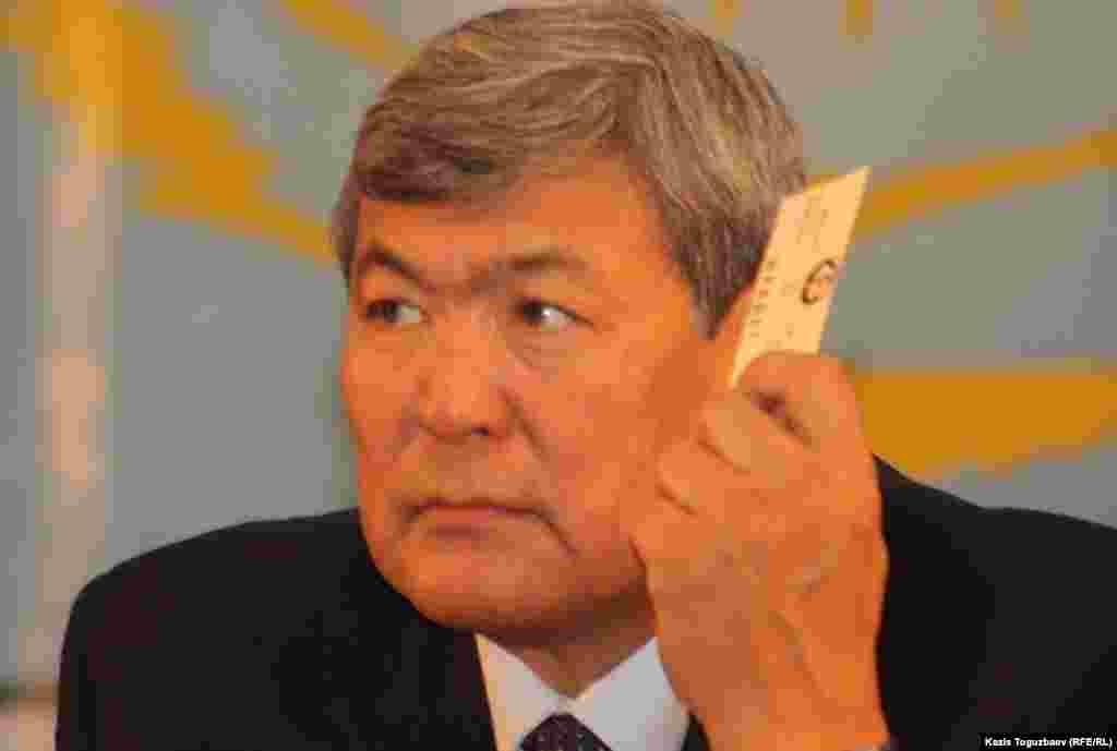 Токтар Аубакиров голосует на предвыборном съезде ОСДП. Алматы, 26 ноября 2011 года.