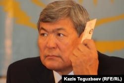 Тохтар Аубакиров, первый казахский космонавт, член Общенациональной социал-демократической партии, голосует на предвыборном съезде партии.