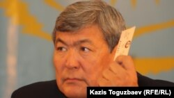 Тоқтар Әубәкіров ЖСДП мүшесі ретінде дауыс беріп отыр. Алматы, 26 қараша 2011 жыл.