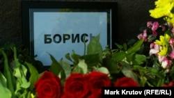 Цветы на месте убийства российского оппозиционного политика Бориса Немцова. Москва, 28 марта 2015 года.
