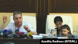 Ваан Мартиросян и его жена на пресс-конференции в Баку, сентябрь 2015 г.