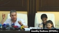 Пресс-конференция Ваана Мартиросяна и его жены в Баку, 18 сентября 2015 г.
