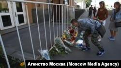 Москвичи приносят цветы к зданию посольства США, 13 июня 2016