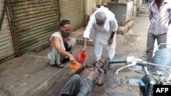 В Карачи оказывают помощь получившему тепловой удар, 23 июня, 2015 году