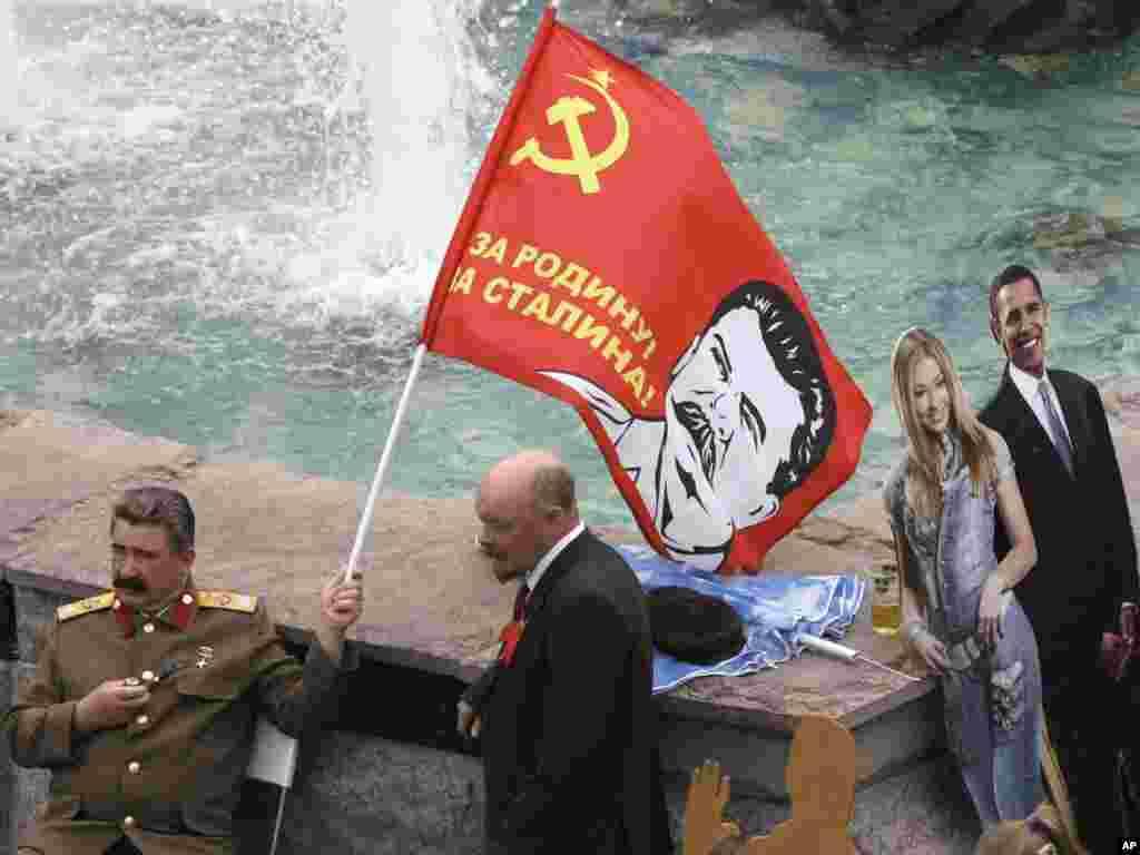Rusija - Sovjetski lideri Vladimir Lenjin i Josef Staljin, vrlo su popularni za fotografiranje sa turistima u Moskvi, dok sa strane stoji spremna kartonska verzija predsjednika Obame, 13.06.2011. Foto: AP / Misha Japaridze