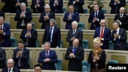 Rusiya parlamentinin yuxarı palatasında Krımın Rusiyaya birləşdirilməsi qərarının təsdiqi alqışlarla qarşılanır, 21 mart 2014