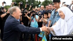 Президент Казахстана Нурсултан Назарбаев встречается с людьми накануне мероприятия, приуроченного ко Дню Астаны. День столицы в Казахстана совпадает с днем рождения Назарбаева. Астана, 4 июля 2016 года.