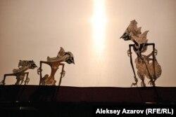 """Герои """"Махабхараты"""" на сцене Второго Всемирного карнавала кукол (индонезийский театр теней). Алматы, 25 сентября 2012 года."""