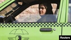 Žena taksista u Teheranu