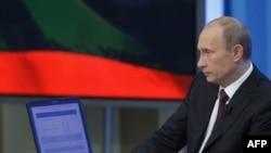 Айтилишича¸ Путинга 1¸5 миллиондан ошиқ россиялик савол йўллаган.