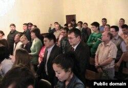 Присутствующие на суде по делу оппозиции люди слушают приговор. Актау, 8 октября 2012 года.
