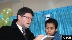 Тонино Пикула, специальный координатов в составе миссии наблюдателей ОБСЕ. 4 апреля 2011 года