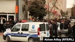 """Молодежный митинг перед офисом оппозиционной партии """"Мусават"""""""