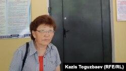 65 жастағы Әсемгүл Жауғашева ұлы Жұлдызбек Тәуірбеков жатқан Алматыдағы кардиологиялық орталықтың сыртында тұр. 29 маусым 2019 жыл.