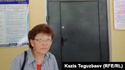 Жительница Алматы Асемгуль Жаугашева возле двери отделения реанимации и интенсивной терапии алматинского кардиологического центра, куда поступил ее сын 40-летний Жулдызбек Таурбеков. Алматы, 29 июня 2019 года.