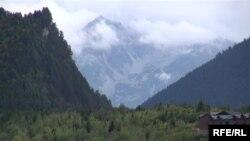 Три четверти территории Грузии занимают горы, однако больше половины жителей страны населяют равнину. При этом горные села продолжают пустеть. Некоторые грузинские демографы бьют тревогу, утверждая, что в последние годы счет полностью опустевших сел пошел на десятки