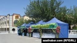 """Aşgabatdaky """"Mekdep bazarlaryndan"""" biri. Awgust, 2012."""