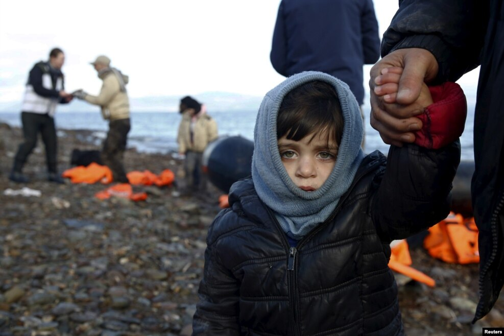 کودک پناهجوی سوری در جزیره لسبوس در یونان. تابستان گذشته، درگیری و آتش سوزی در اردوگاه پناهجویان لسبوس گزارش شد.