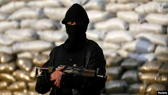 Вооруженный человек в Славянске, 18 апреля
