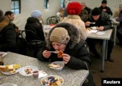 Беженцы из зоны АТО в центре приема вынужденных переселенцев в Славянске