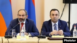 Armenia -- Prime Minister Nikol Pashinian (L) and Constitutional Court Chairman Hrayr Tvomasian at a meeting in Yerevan, May 25, 2018.