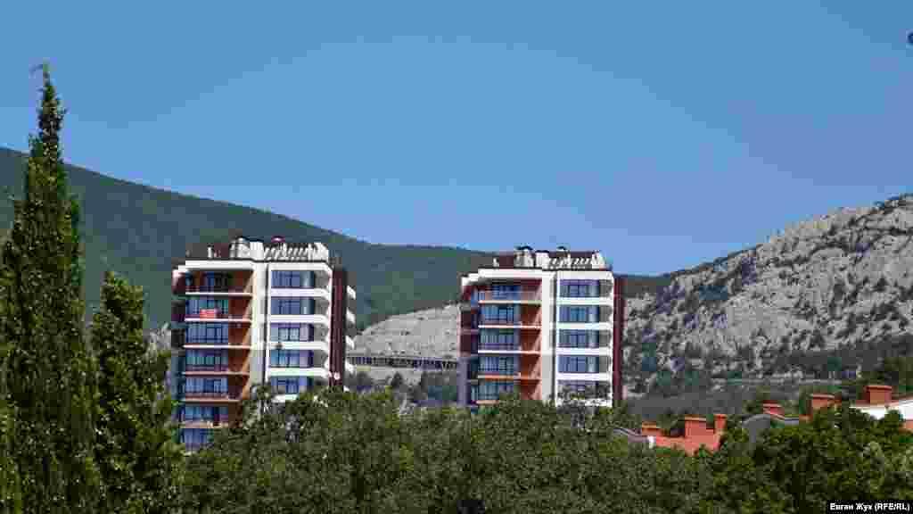Ці висотки з апартаментами побудовані під виглядом пансіонату фірмою «Парангон», підконтрольною родині ексміністра оборони України Павла Лебедєва