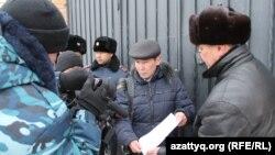Активисты, пришедшие вручить письмо в посольство России в связи с высказываниями Жириновского. Астана, 13 января 2015 года.